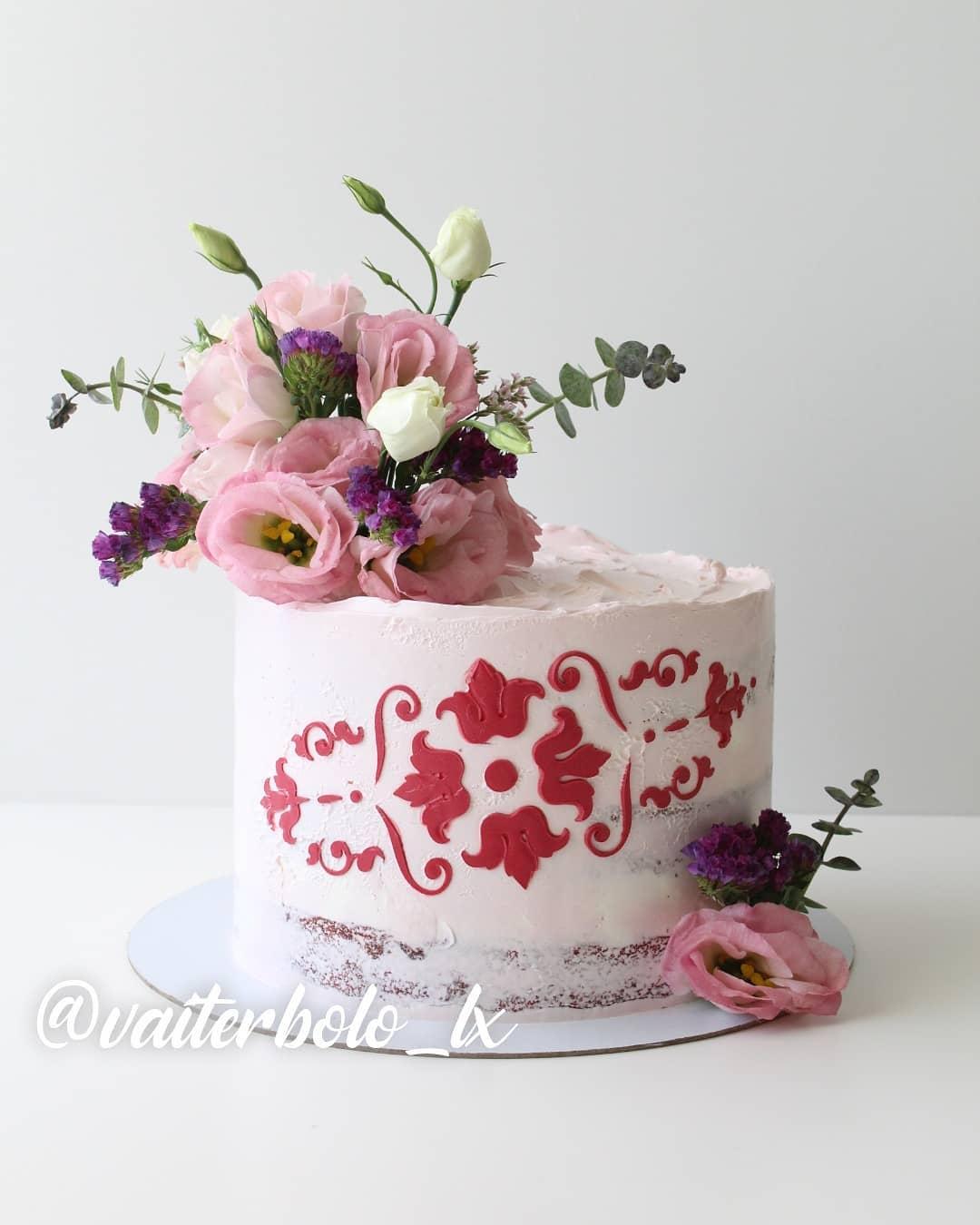 Vamos com essa beleza começar o final de semana... Tanto amor! ..#vaiterbolohoje #almada #bolodecorado #buttercreamcake #birthdaycake #vaiterbolo #vaiterbolosim #bolo #cake #lisboapontocome #cakeart #lisboafood #buttercream #cakedesign #lisboa #ilovelisboa #cakedecorating #vaiterbololindo