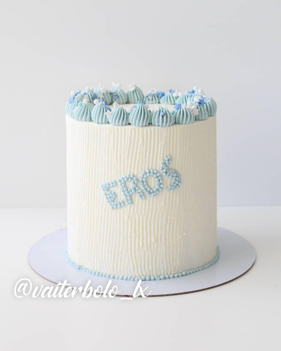 O Eros, que na mitologia grega era o Deus do amor, mas aqui em Portugal é um menino lindíssimo que estava comemorando 1 aninho, merecia um bolo cheio de amor e cuidado para este momento tão importante. Acho que deu certo, né? Tão fofo esse bolo 🥰..#vaiterbolohoje #almada #bolodecorado #buttercreamcake #birthdaycake #vaiterbolo #vaiterbolosim #bolo #cake #lisboapontocome #cakeart #lisboafood #buttercream #cakedesign #lisboa #ilovelisboa #cakedecorating #vaiterbololindo