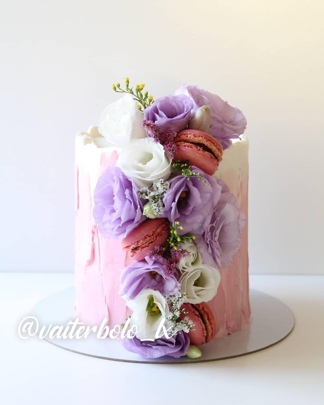 Meu tipo de bolo favorito SEM SOMBRA DE DÚVIDAS! Amo quando vocês me pedem para eu colocar a criatividade para rolar e me pedem bolos com flores. Sou APAIXONADA por eles 🥰Me diz se não são os mais lindos!? ..#vaiterbolohoje #almada #bolodecorado #buttercreamcake #birthdaycake #vaiterbolo #vaiterbolosim #bolo #cake #lisboapontocome #cakeart #lisboafood #buttercream #cakedesign #lisboa #ilovelisboa #cakedecorating #vaiterbololindo