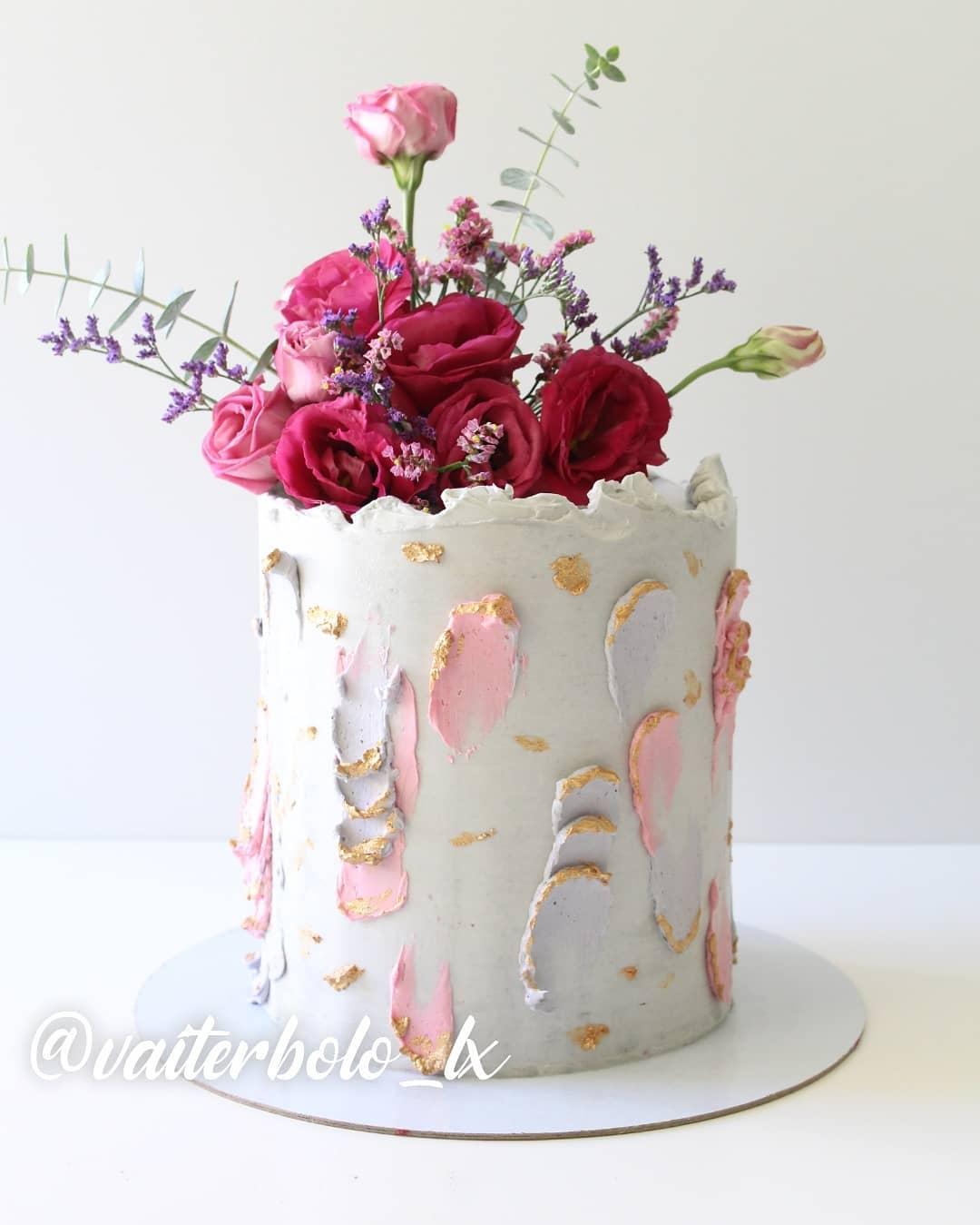 Sextou com S de SUPER MARAVILHOSO!! Eu sou suspeita para falar, porque eu sou apaixonada nos bolos que crio, mas me digam se esse bolo não está uma lindeza de único!? 🥰 Flores sempre da maravilhosa @floresnocais..#vaiterbolohoje #almada #bolodecorado #buttercreamcake #birthdaycake #vaiterbolo #vaiterbolosim #bolo #cake #lisboapontocome #cakeart #lisboafood #buttercream #cakedesign #lisboa #ilovelisboa #cakedecorating #vaiterbololindo