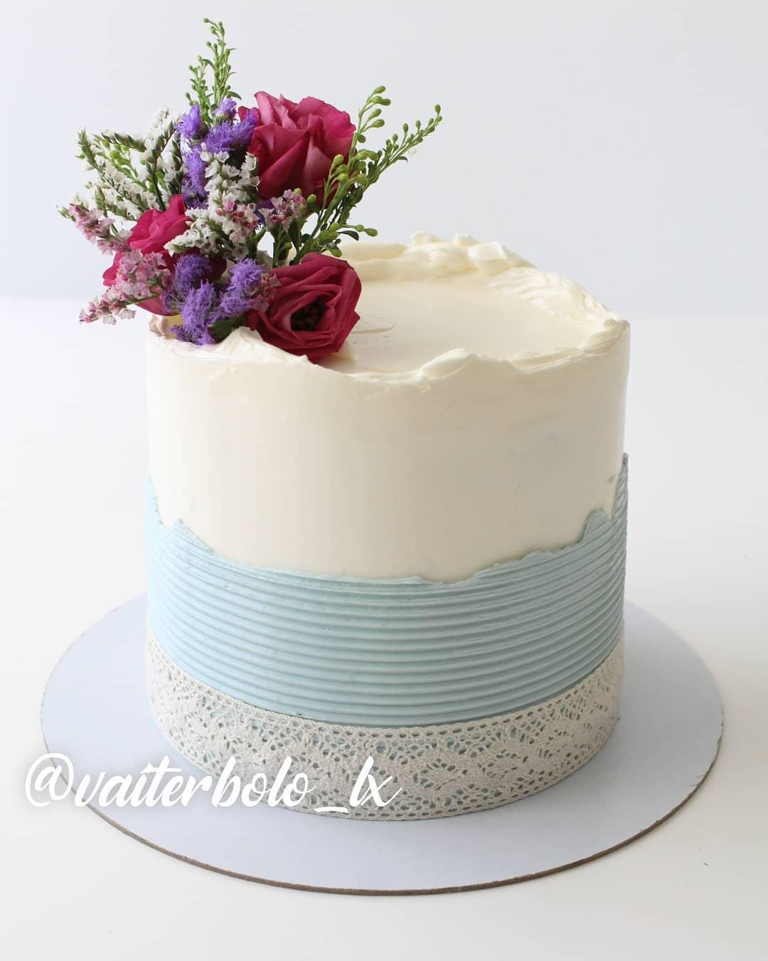 E lá vem mais delicadeza para vocês, porque a produção por aqui não para e eu sinto um orgulho danado desses filhos lindos que vão fazer parte de momentos maravilhosos com vocês. Fala se esse não está SUPER FOFO!? 🥰..#vaiterbolohoje #almada #bolodecorado #buttercreamcake #birthdaycake #vaiterbolo #vaiterbolosim #bolo #cake #lisboapontocome #cakeart #lisboafood #buttercream #cakedesign #lisboa #ilovelisboa #cakedecorating #vaiterbololindo